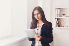 Επιχειρησιακή γυναίκα με την ψηφιακή ταμπλέτα, επικοινωνία Στοκ εικόνα με δικαίωμα ελεύθερης χρήσης