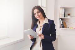 Επιχειρησιακή γυναίκα με την ψηφιακή ταμπλέτα, επικοινωνία Στοκ Εικόνες