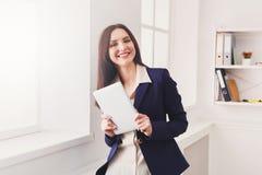 Επιχειρησιακή γυναίκα με την ψηφιακή ταμπλέτα, επικοινωνία Στοκ φωτογραφίες με δικαίωμα ελεύθερης χρήσης