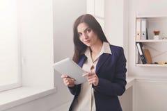 Επιχειρησιακή γυναίκα με την ψηφιακή ταμπλέτα, επικοινωνία Στοκ Φωτογραφία