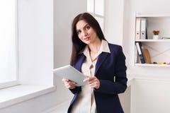 Επιχειρησιακή γυναίκα με την ψηφιακή ταμπλέτα, επικοινωνία Στοκ Εικόνα