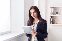 Επιχειρησιακή γυναίκα με την ψηφιακή ταμπλέτα, επικοινωνία Στοκ φωτογραφία με δικαίωμα ελεύθερης χρήσης