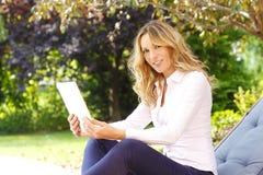 Επιχειρησιακή γυναίκα με την ψηφιακή ταμπλέτα Στοκ εικόνα με δικαίωμα ελεύθερης χρήσης