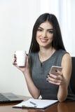 Επιχειρησιακή γυναίκα με τον καφέ Στοκ Φωτογραφίες
