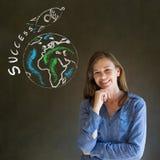 Επιχειρησιακή γυναίκα και πύραυλος επιτυχίας κιμωλίας Στοκ φωτογραφία με δικαίωμα ελεύθερης χρήσης