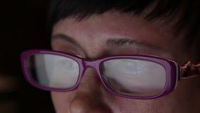 Επιχειρησιακή γυναίκα με τον υπολογιστή που απεικονίζεται στα γυαλιά απόθεμα βίντεο
