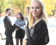 Επιχειρησιακή γυναίκα με το προσωπικό της, Στοκ φωτογραφία με δικαίωμα ελεύθερης χρήσης