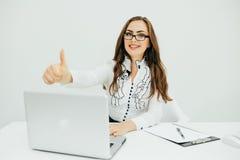 Επιχειρησιακή γυναίκα με το σημειωματάριο στο γραφείο με τη χειρονομία okey Στοκ φωτογραφία με δικαίωμα ελεύθερης χρήσης