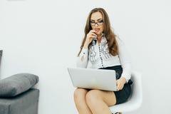 Επιχειρησιακή γυναίκα με το σημειωματάριο στο γραφείο στην καρέκλα Στοκ φωτογραφία με δικαίωμα ελεύθερης χρήσης
