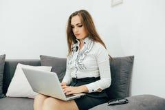 επιχειρησιακή γυναίκα με το σημειωματάριο στο γραφείο στον καναπέ Στοκ Εικόνα