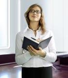 Επιχειρησιακή γυναίκα με το σημειωματάριο στοκ φωτογραφία με δικαίωμα ελεύθερης χρήσης