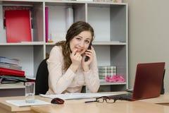 Επιχειρησιακή γυναίκα με το φόβο που καλεί το τηλέφωνο στην αρχή Στοκ Φωτογραφίες