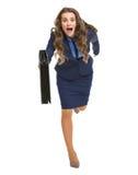 Επιχειρησιακή γυναίκα με το χαρτοφύλακα που τρέχει κατ' ευθείαν Στοκ Εικόνες