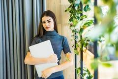 Επιχειρησιακή γυναίκα με το lap-top στα χέρια του Καλός εργαζόμενος στην αρχή Στοκ Εικόνες