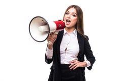 Επιχειρησιακή γυναίκα με megaphone που φωνάζει και που κραυγάζει που απομονώνεται στο άσπρο υπόβαθρο με το κοστούμι Στοκ φωτογραφία με δικαίωμα ελεύθερης χρήσης
