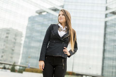 Επιχειρησιακή γυναίκα μπροστά από το κτίριο γραφείων Στοκ εικόνες με δικαίωμα ελεύθερης χρήσης
