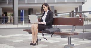 Επιχειρησιακή γυναίκα μόνο με το lap-top στον πάγκο απόθεμα βίντεο
