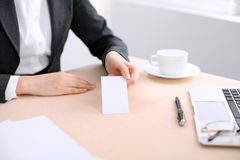 Επιχειρησιακή γυναίκα που δίνει την κάρτα επίσκεψης Στοκ Εικόνες