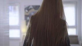 Επιχειρησιακή γυναίκα που ανοίγει την πόρτα απόθεμα βίντεο