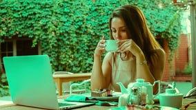 Επιχειρησιακή γυναίκα που απολαμβάνει υπαίθρια ένα φλυτζάνι του τσαγιού απόθεμα βίντεο