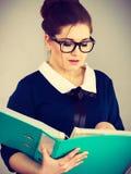 Επιχειρησιακή γυναίκα που γράφει κάτι κάτω Στοκ εικόνες με δικαίωμα ελεύθερης χρήσης