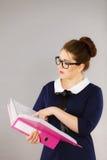 Επιχειρησιακή γυναίκα που γράφει κάτι κάτω Στοκ Εικόνες