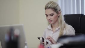 Επιχειρησιακή γυναίκα που γράφει sms απόθεμα βίντεο