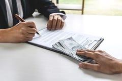 Επιχειρησιακή γυναίκα που δίνει στα χρήματα δωροδοκιών τη μορφή λογαριασμών δολαρίων στο μΑ στοκ εικόνα με δικαίωμα ελεύθερης χρήσης