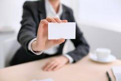 Επιχειρησιακή γυναίκα που δίνει την κάρτα επίσκεψης Στοκ φωτογραφία με δικαίωμα ελεύθερης χρήσης