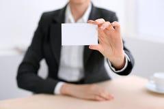 Επιχειρησιακή γυναίκα που δίνει την κάρτα επίσκεψης Στοκ εικόνες με δικαίωμα ελεύθερης χρήσης