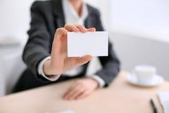 Επιχειρησιακή γυναίκα που δίνει την κάρτα επίσκεψης Στοκ Εικόνα