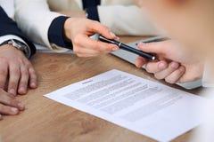 Επιχειρησιακή γυναίκα που δίνει τη μάνδρα στον επιχειρηματία έτοιμο να υπογράψει τη σύμβαση Επικοινωνία επιτυχίας στη συνεδρίαση  Στοκ Εικόνες