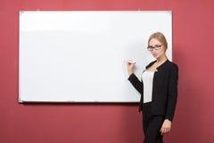 Επιχειρησιακή γυναίκα που δείχνει στο whiteboard στοκ φωτογραφία με δικαίωμα ελεύθερης χρήσης