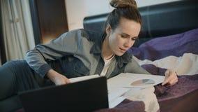 Επιχειρησιακή γυναίκα που εκπλήσσεται με τα χρηματοοικονομικά αποτελέσματα Ευτυχής ιδιοκτήτης επιχείρησης απόθεμα βίντεο