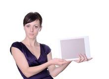 Επιχειρησιακή γυναίκα που εμφανίζει γκρίζο διάστημα αντιγράφων στοκ φωτογραφίες με δικαίωμα ελεύθερης χρήσης