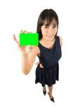 Επιχειρησιακή γυναίκα που εμφανίζει κενό σημάδι καρτών Στοκ Εικόνα