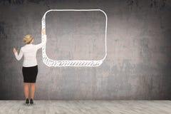 Επιχειρησιακή γυναίκα που επισύρει την προσοχή στον τοίχο Στοκ Φωτογραφίες
