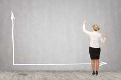 Επιχειρησιακή γυναίκα που επισύρει την προσοχή στον τοίχο Στοκ Εικόνα