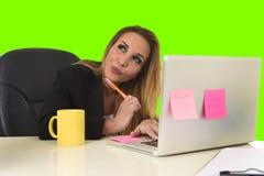 Επιχειρησιακή γυναίκα που εργάζεται βασική οθόνη χρώματος γραφείων απομονωμένη στη φορητός προσωπικός υπολογιστής πράσινη Στοκ Εικόνα
