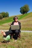 Επιχειρησιακή γυναίκα που εργάζεται στη φύση Στοκ Εικόνα