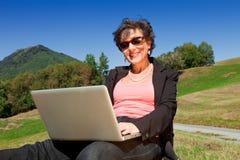 Επιχειρησιακή γυναίκα που εργάζεται στη φύση Στοκ φωτογραφία με δικαίωμα ελεύθερης χρήσης