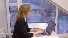 Επιχειρησιακή γυναίκα που εργάζεται στο σύγχρονο γραφείο απόθεμα βίντεο
