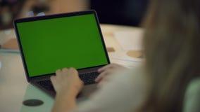 Επιχειρησιακή γυναίκα που εργάζεται στο φορητό προσωπικό υπολογιστή με την πράσινη οθόνη φιλμ μικρού μήκους