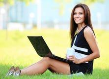 Επιχειρησιακή γυναίκα που εργάζεται στο lap-top της έξω Στοκ Φωτογραφία