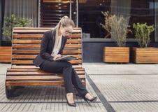 Επιχειρησιακή γυναίκα που εργάζεται υπαίθρια στην ταμπλέτα της Στοκ Εικόνες