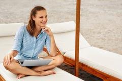 Επιχειρησιακή γυναίκα που εργάζεται on-line στην παραλία Ανεξάρτητος υπολογιστής Διαδίκτυο στοκ φωτογραφίες με δικαίωμα ελεύθερης χρήσης