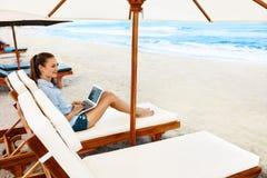 Επιχειρησιακή γυναίκα που εργάζεται on-line στην παραλία Ανεξάρτητος υπολογιστής Διαδίκτυο στοκ εικόνες