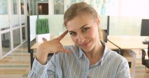 Επιχειρησιακή γυναίκα που κάνει μια κλήση μου σημάδι και χαμόγελο φιλμ μικρού μήκους