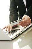 Επιχειρησιακή γυναίκα που κάνει τη σε απευθείας σύνδεση συναλλαγή χρημάτων Στοκ Εικόνα