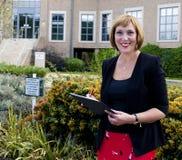 Επιχειρησιακή γυναίκα που κάνει τις σημειώσεις για μια περιοχή αποκομμάτων Στοκ εικόνα με δικαίωμα ελεύθερης χρήσης